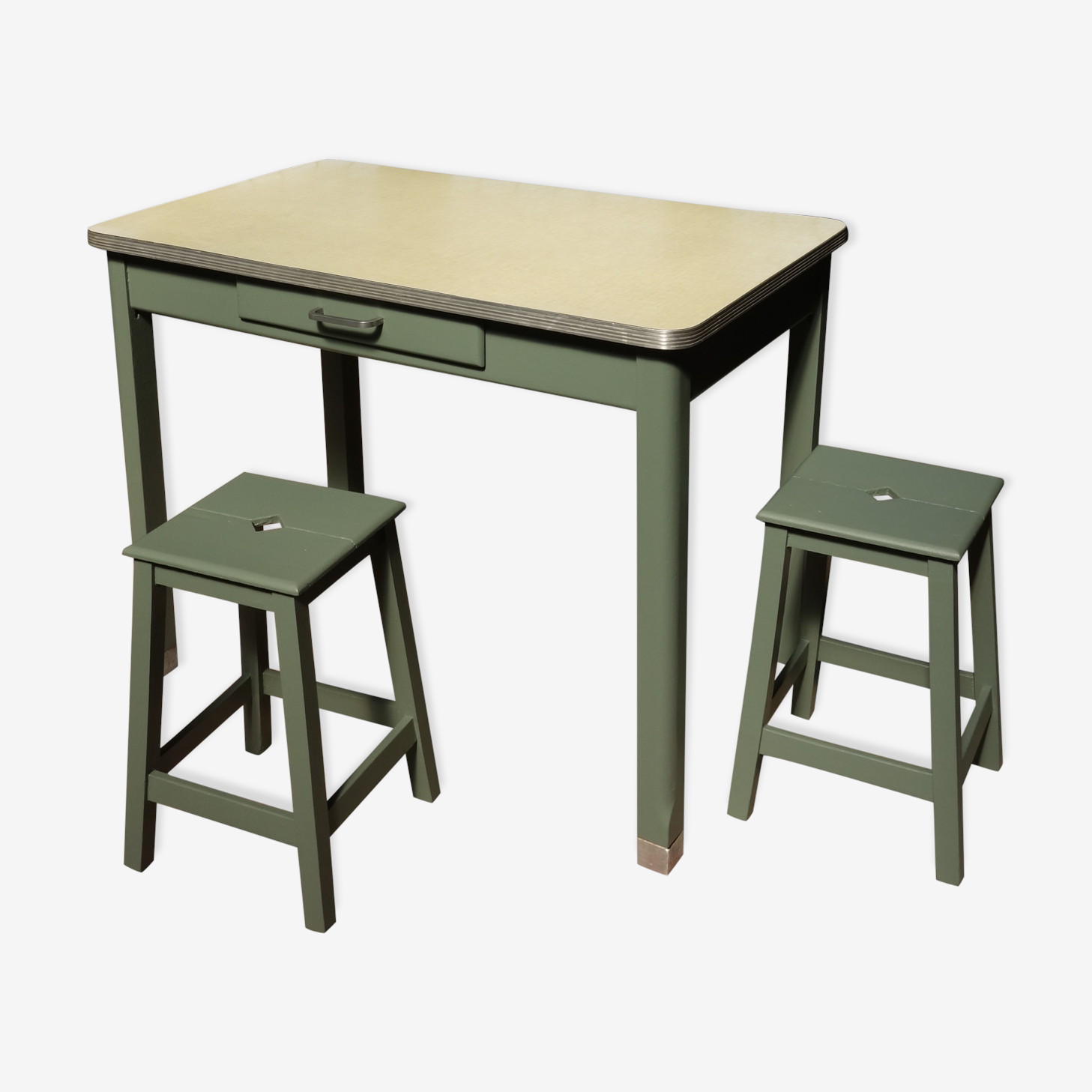 Table formica & ses  2 tabourets