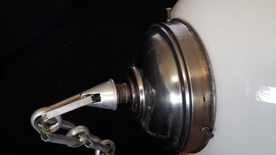 Suspension art déco globe en opaline et chaîne en aluminium