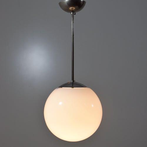 Suspension moderniste, 1935, verre opaline, chrome