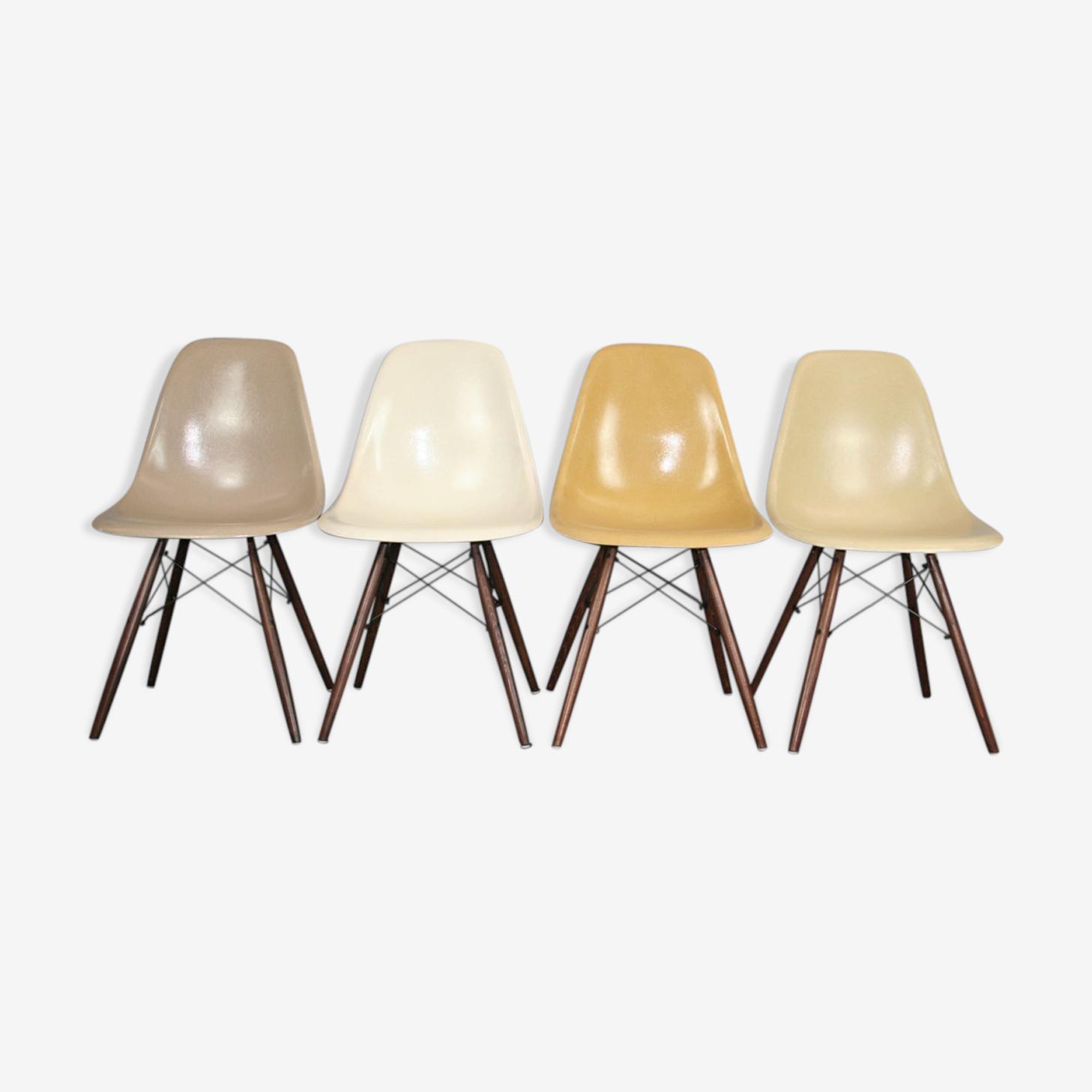 Lot 4 chaises DSW en fibre et noyer par Eames Herman Miller