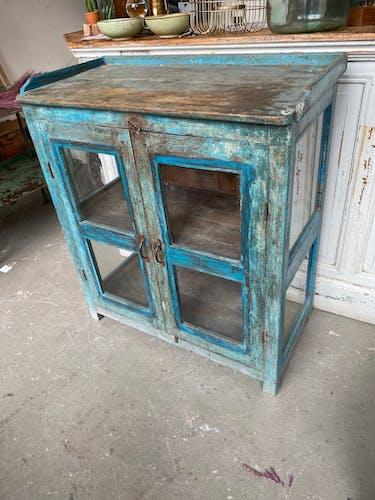 Vieille armoire en verre bleu en bois
