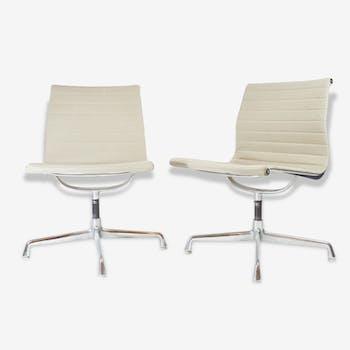 Paire de fauteuils Eames EA 105
