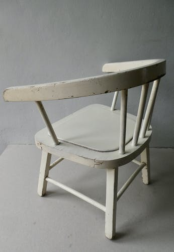 Fauteuil enfant en bois, patine blanche, années 60