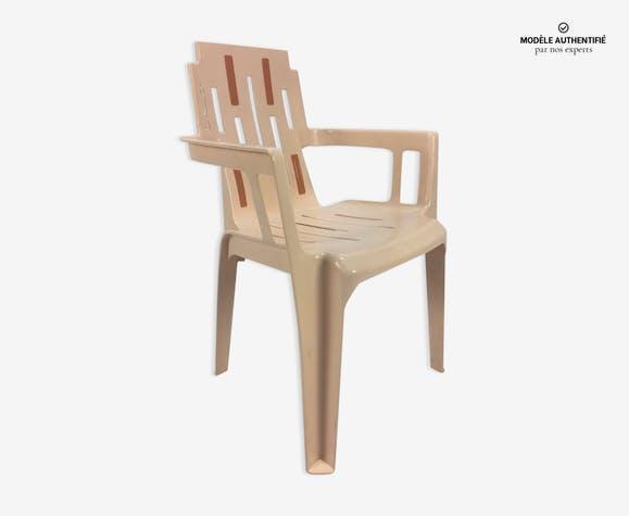 chaise de jardin boston par pierre paulin plastique beige design brfmxhg. Black Bedroom Furniture Sets. Home Design Ideas