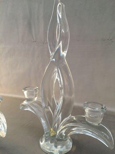 Paire de bougeoirs flambeaux en cristal de Vannes-le-châtel signés