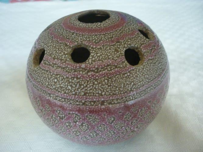 Vase pique fleurs en grès rose signé foran