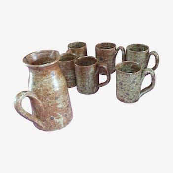 Chopes-mugs et pichet en grès brut 1980