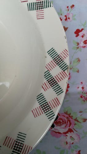 Plat creux style art deco formes géometriques vintage vert et rouge