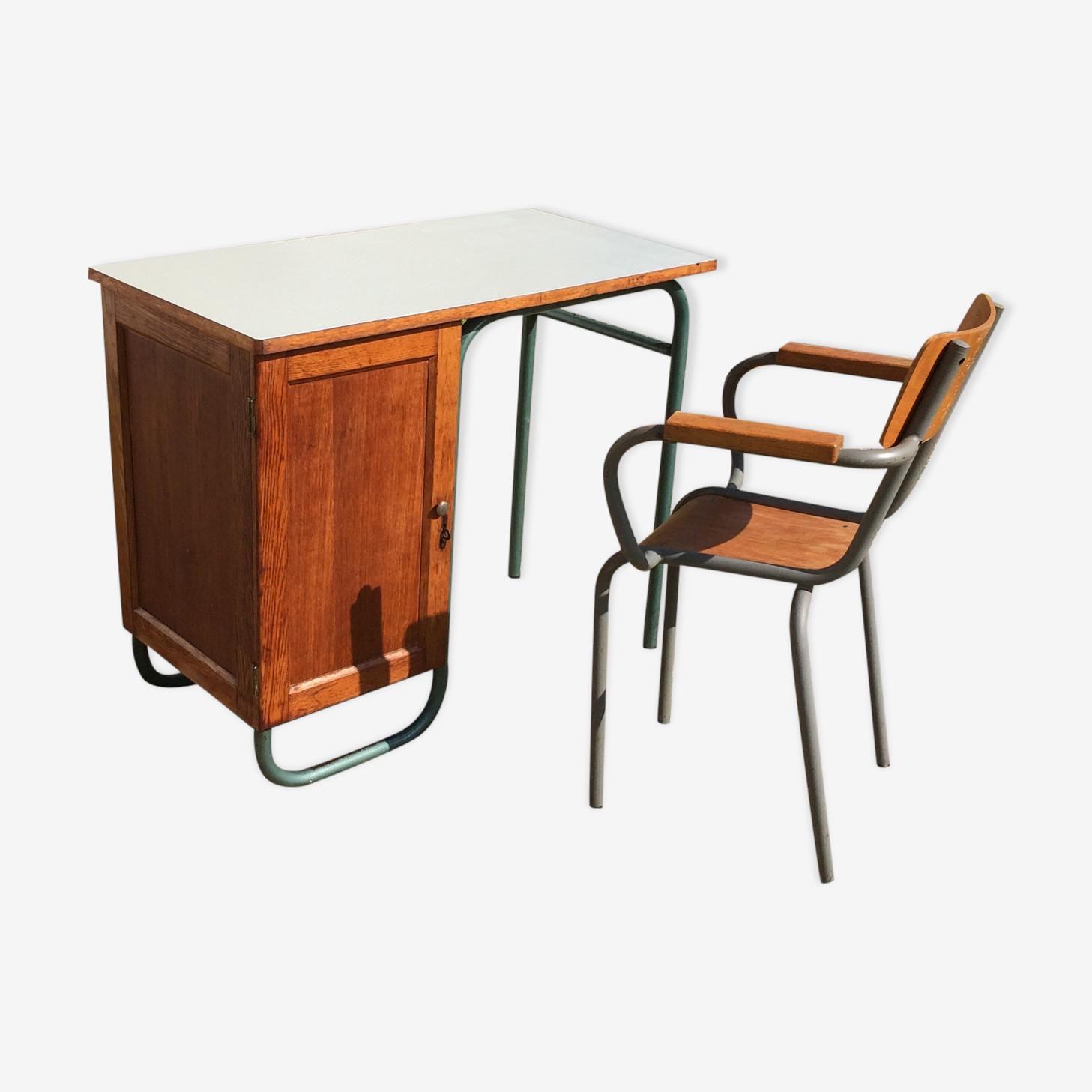 Bureau d'écolier avec sa chaise