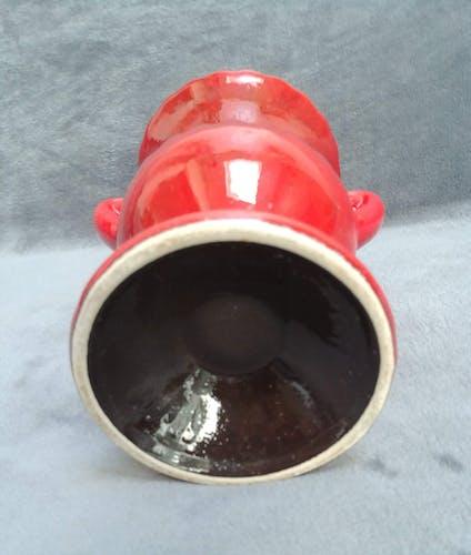 Vase rouge en céramique avec des reflets noirs à deux anses