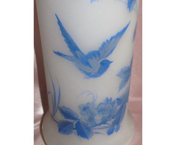 Ancienne paire de vases en opaline blanche à décor de fleurs et d'oiseaux bleus
