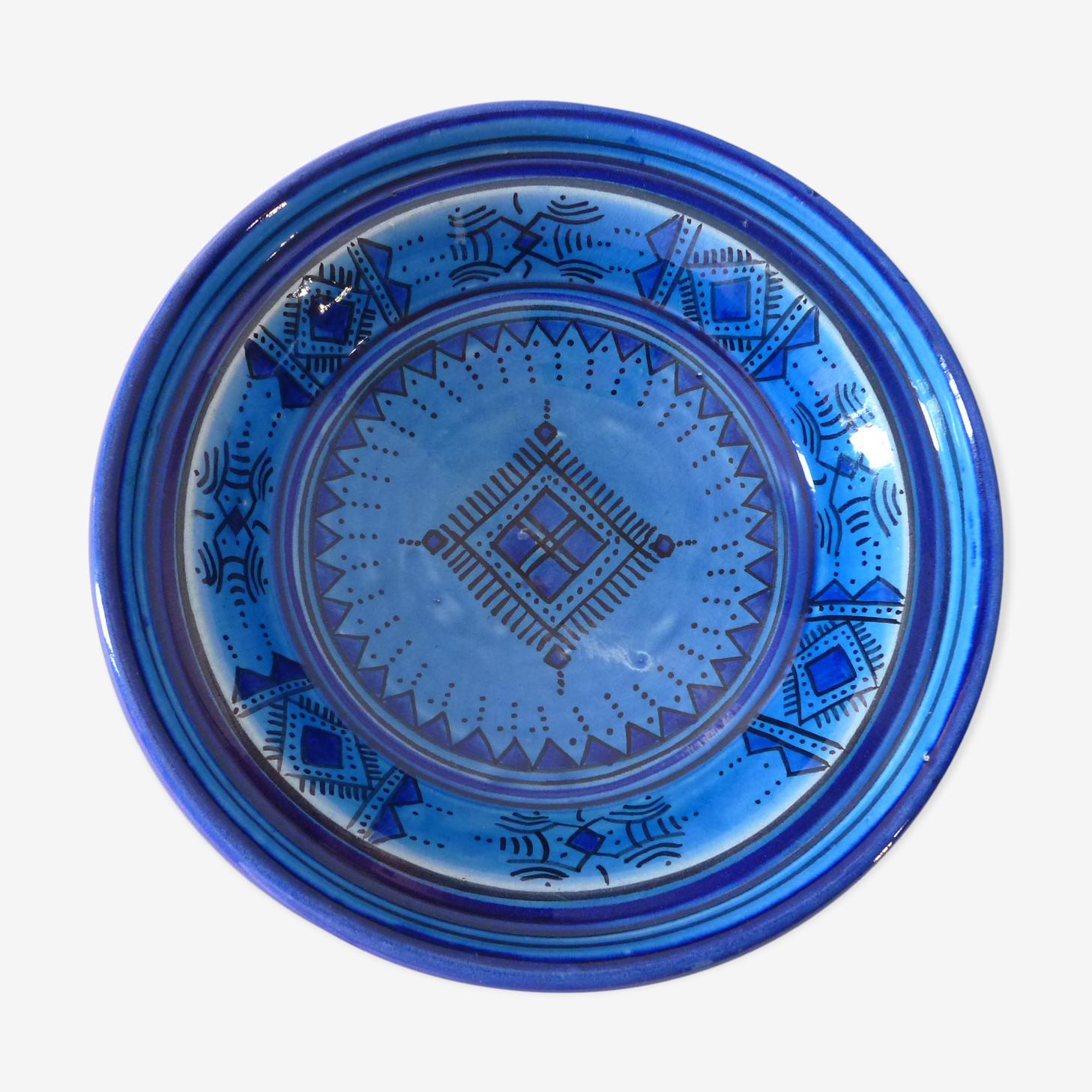 Assiette bleue en céramique peinte et vernissée du Maroc