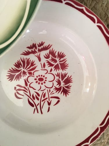 8 assiettes anciennes assorties fleuries en rouge et vert