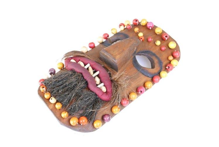Masque ethnique en bois signé NP, années 50