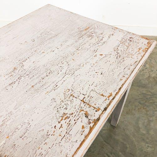 Table basse peinte en blanc suédoise