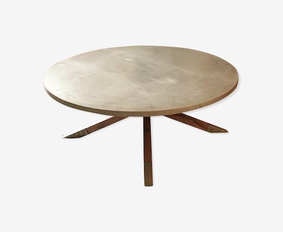 Table basse plaquée à la feuille de métal et pied en croisillon