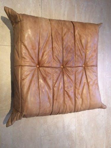 Pouf Togo par Michel Ducaroy pour Ligne Roset cuir naturel