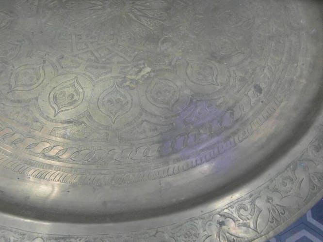 Table d'appoint marocaine en laiton gravé et bois