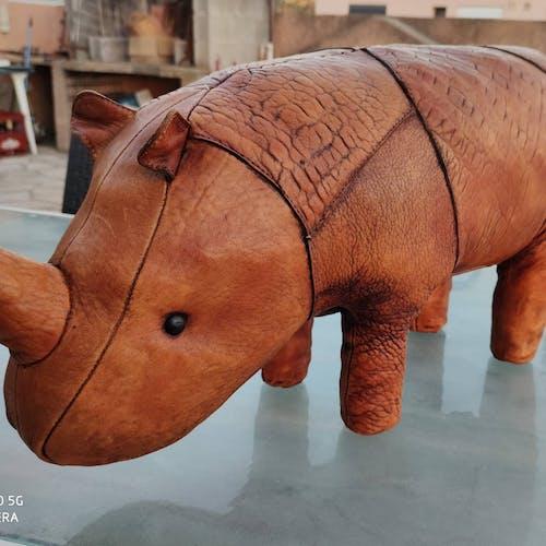 Ottoman ou repose pied rhinocéros cuir par Dimitri OMERSA vers 1960