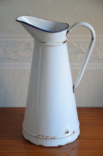 Broc émaillé blanc au liseret rouge