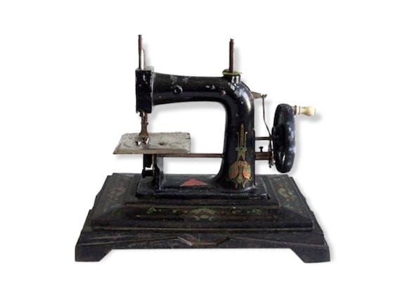 petite machine coudre ancienne art nouveau noire jouet. Black Bedroom Furniture Sets. Home Design Ideas