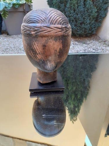 Tête d'une femme en pierre