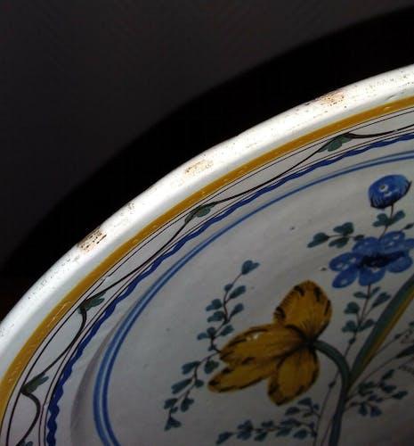 Paire de plats creux A décors peints à la main, Bourgogne début 18ème siècle