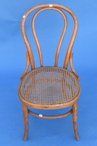 Chaise cannée bistro par Fischel