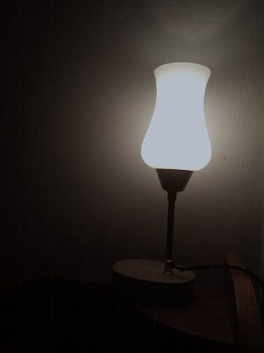 Lampe de table en opaline monté sur un socle en béton