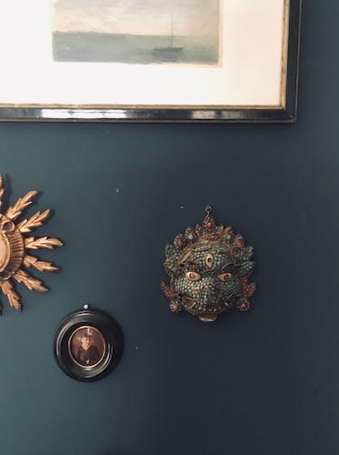Masque mural pierres et métal