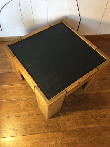 Table basse brutaliste avec plateau en ardoise