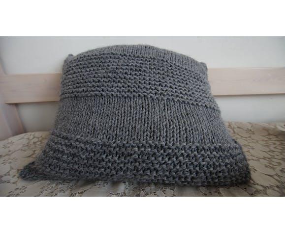 Coussin gris au tricot