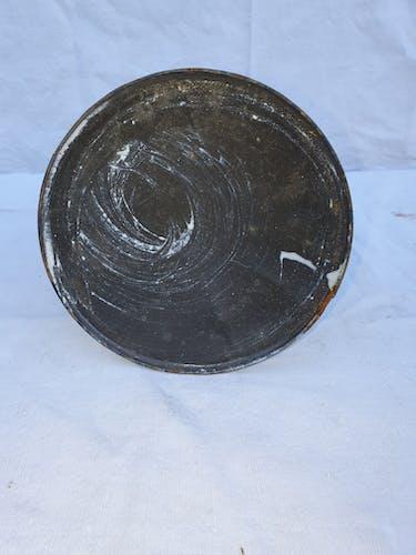 Ancien broc émaillé avec liseré bleu marine