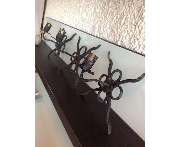 Trois bougeoirs muraux en fer forgé noir et or