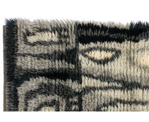 Scandinavian 20th century modern rya rug, signed, dated. 140 x 85 cm (55.12 x 33.46 in).