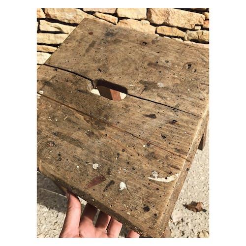 Tabouret bas en bois brut