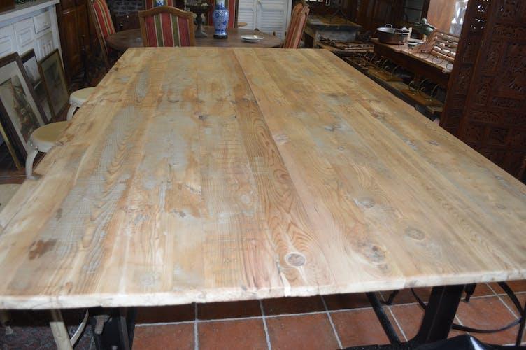 Table industrielle en fonte et plateau en bois