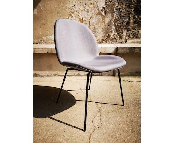 Chaise grise en simili-cuir rembourré