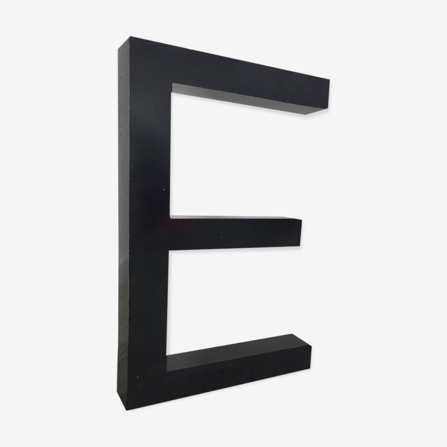 Lettre métal E