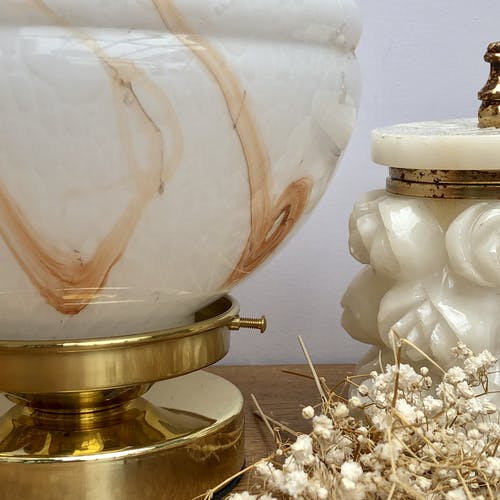 Lampe à poser globe vintage en verre de Clichy blanc effet marbré