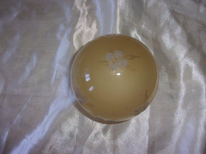 Globe en verre jaune opaque motif fleur