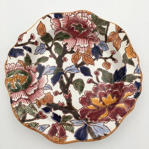 Vase à anses et deux coupelles en faïence de Gien, décor «Pivoines«, signées GIEN - XXème siècle