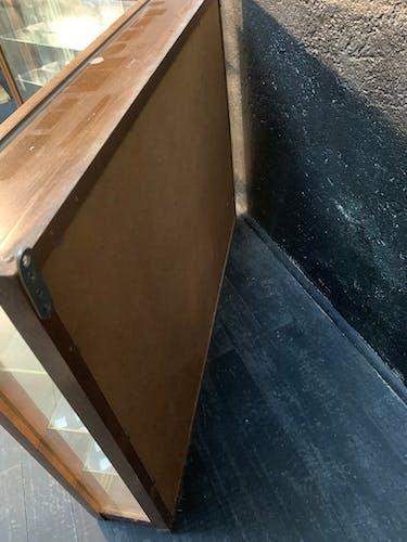 Paire de vitrines murales en bois