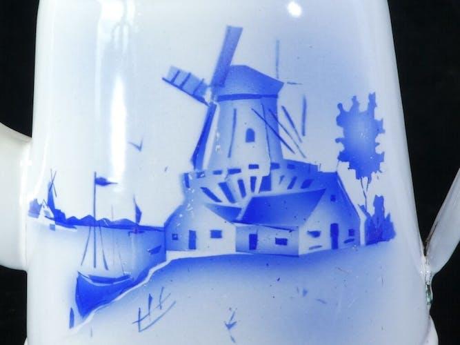 Cafetière en tole émaillée blanche decor bleu paysage Pays-Bas