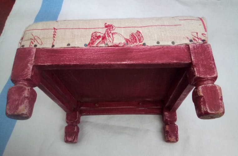 Rests feet red patina linen canvas