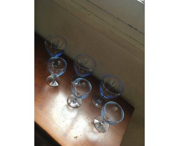 Lot 6 verres à vin et eau vintage au verre bleuté.