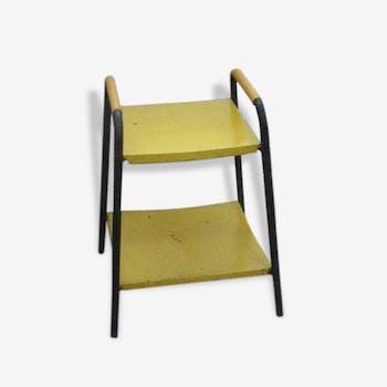 Table métal vintage 1950/1960, structure en métal noire, planche en métal jaune et décor sur les montants en scoubidou jaune