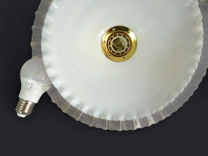 Suspension plate en opaline blanche à reflet bleu avec collerette dentelée. Vendue à l'unité