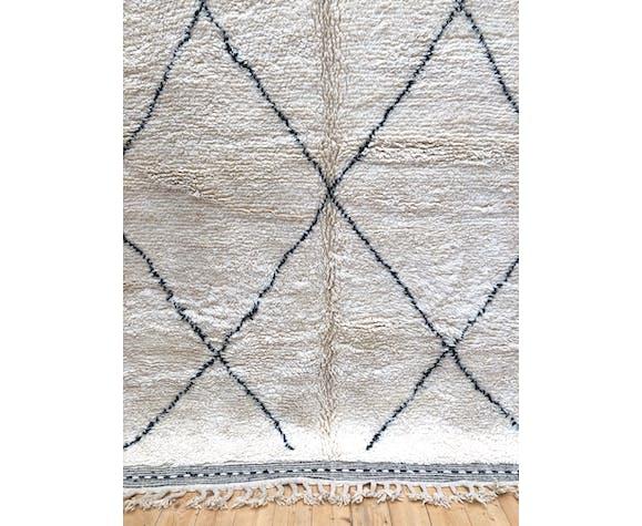 Moroccan Berber carpet Beni Ouarain with black diamonds 285 x 208cm