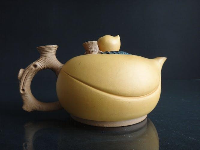 Ancienne théière en grés de Yixing chinoise forme de pêche Chine début XXème marque